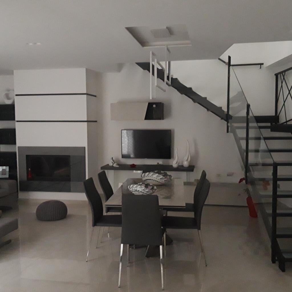 Innanzitutto: lo spazio. A casa di Maria Rosaria e Domenico vi era la possibilità di sfruttare uno spazio ampio che permettesse la progettazione di un open space – in grado di legare cucina e zona living – all'interno del quale inserire una penisola.